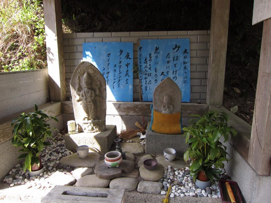 高原の石仏