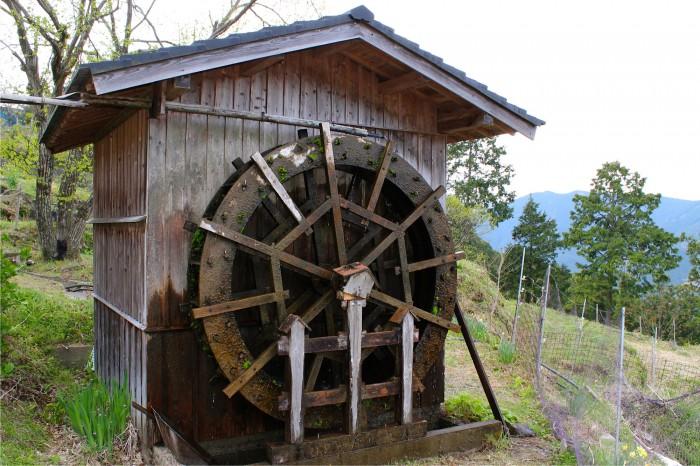 高原の水車