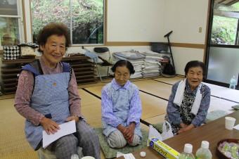 左から仲トシ子さん、前久保君枝さん、久保ツヱ子さん