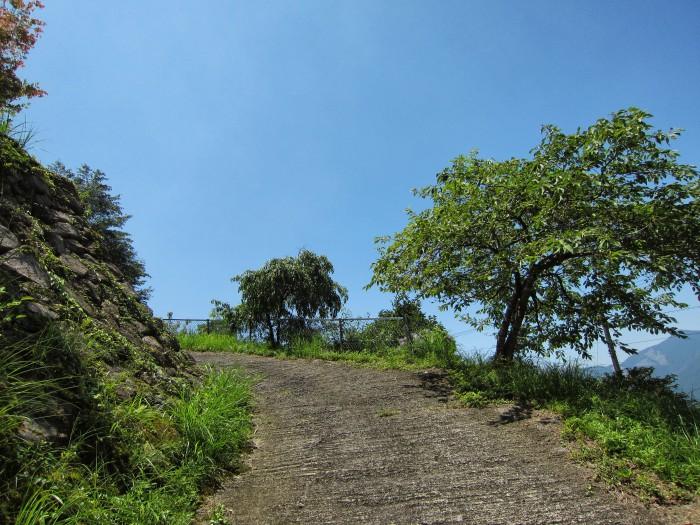空につながってそうな急な坂道