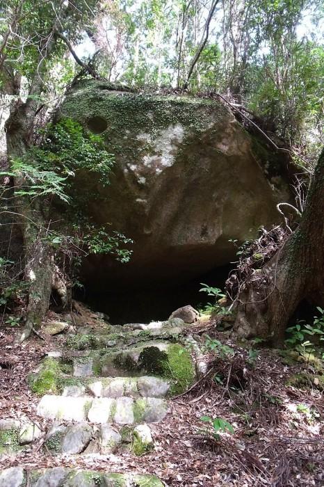 古代祭祀の跡のような磐座