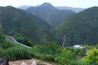 果無山脈と三里富士(中央)