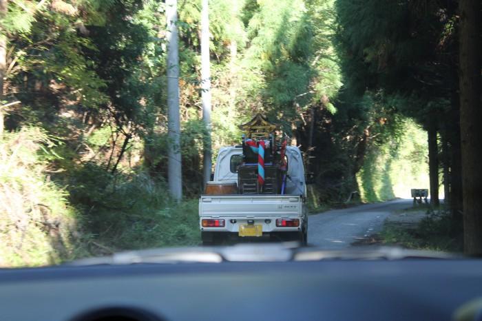 前をゆく軽トラを車中から撮影