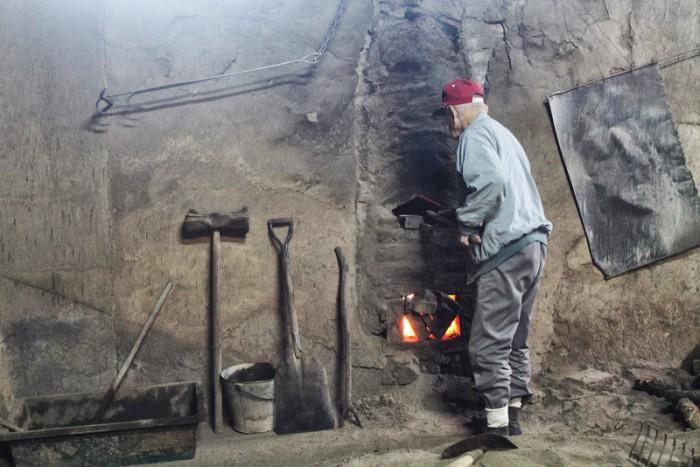 炭を焼く宮本さん